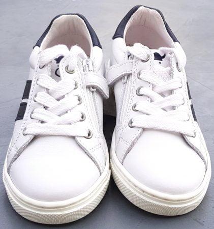 Une basket tige basse enfant en cuir blanc et doté d'empiècements cuir marine. Cette sneaker signée Nörvik est fermée par 1 lacet et 1 zip