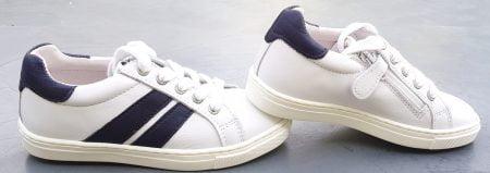 un cuir lisse blanc et des empiècements cuir marine pour la basket enfant VZA signée Nörvik. Un modèle enfant fermé par 1 lacet et 1 zip