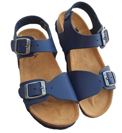 Un cuir marine pour la sandale garçon Zap doté d'une semelle anatomique. Un nu-pied fermé par 1 bride à boucle et une la,nière réglable sur l'avant