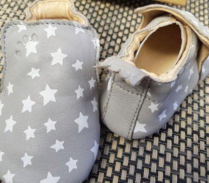 chausson Easy peasy pour pré-marche en cuir gris et étoiles blanches, modèle Blublu Nuit à semelle antidérapante