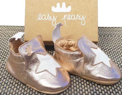chausson pré-marche, en cuir tannage végétal saumon nacré et étoile cuir blanc, modèle Blublu étoile signé Easy peasy