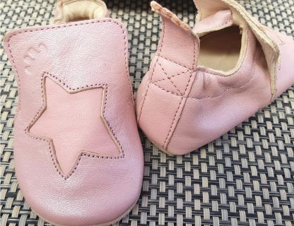 Chausson Blublu Etoile en cuir tannage végétal couleur rose baba et étoile rose. Un modèle pré-marche avec une semelle antidérapante signé Easy Peasy