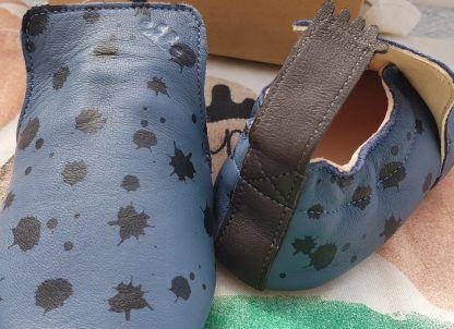 pour bébé chausson pré-marche Blublu Ink en cuir denim et tâches noires. Un modèle doté d'une semelle antidérapante signé Easy Peasy