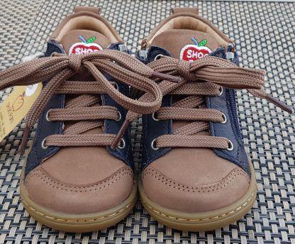 une mixité de cuir lisse marine et nubuck taupe pour la Bouba Bi Zip de Shoo Pom, une chaussure enfant fermé par 1 lacet et 1 zip