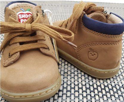 Le bottillon Bouba Zip Desert est une chaussure pour premiers pas en cuir nubuck camel et navy. Modèle Shoo Pom fermé par 1 lacet et 1 zip