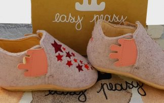 chausson fille Easy Peasy en feutre rose et cuir naturel joliment décoré d'étoiles. Ce chausson est doté d'une semelle antidérapante