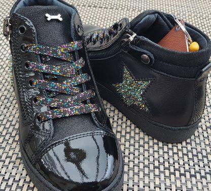 une mixité de cuir nubuck, lisse ou vernis noir pour la basket haute fille Edain joliment décorée d'une étoile glitter multicolore et fermé par 1 lacet et 1 zip