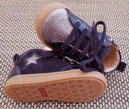 chaussure mi montante pour premiers pas en cuir velours marine et empiècements glitter argent, modèle Kiki Star de Shoo Pom fermé par 1 lacet et 1 zip