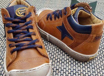 Leno, une chaussure semi montante pour garçon en cuir cognac et marine, modèle pour hiver à lacets et 1 zip signé Stones & Bones
