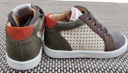 une mixité de cuir beige et cuir velours gris et kaki pour la chaussure enfant Mousse Zip Clay à lacets et 1 Zip, modèle Pom d'Api