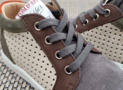 Pour les premiers pas, une sneaker cuir et velours beige kaki et gris fermé par 1 lacet et 1 zip, modèle Mousse Zip Clay de Pom d'Api