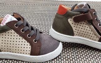 une mixité de cuir velours gris et kaki et de cuir lisse perforé beige pour la chaussure enfant Mousse Zip Clay signée Pom d'Api. Un modèle fermé par 1 lacet et 1 zip