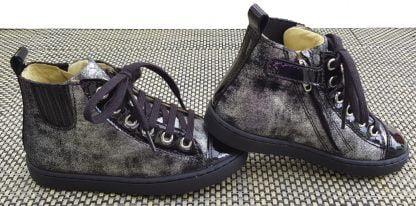 une belle sneaker haute pour fille la Play Jodlace en cuir velours argent et noir et vernis noir, modéle Shoo Pom fermè par 1 lacet et 1 zip