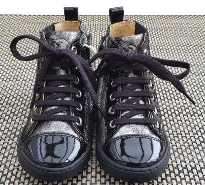 Play Jodlace, une basket haute pour enfant,en cuir velours noir et argent et vernis noir, modéle Shoo Pom fermè par 1 lacet et 1 zip