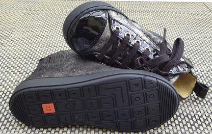 une basket signèe Shoo Pom en cuir velours noir/argent et cuir vernis noir, chaussure enfant Play Jodlace fermèe par 1 lacet et 1 zip