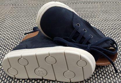 une chaussure à lacets et 1 zip, en cuir nubuck marine et col matelassé camel. modèle pour garçon Start Top de Pom d'Api