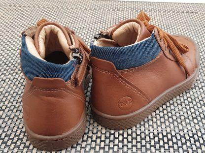 une sneaker montant pour enfant de 10is, Ten Win Lace en cuir lisse camel et col matelassé chevron bleu, modèle fermé par 1 lacet et 1 zip.