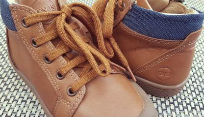 un cuir lisse camel et col matelassé bleu pour la Ten Win lace, une basket haute à lacets et 1 zip signé 10is