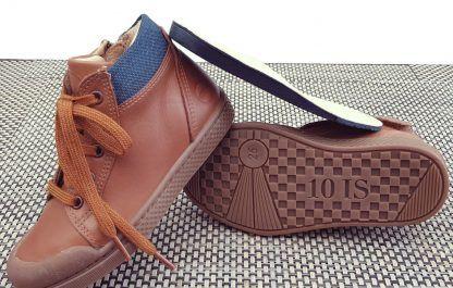 une basket haute en cuir lisse camel et col matelassé chevron bleu fermée par 1 lacet et 1 zip, modèle Ten Win Lace de 10is
