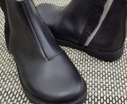 chaussure enfant Pom d'Api, modèle Trip Fringe en cuir lisse noir doté sur la tige de franges irisées noires sur une bande glitter argent, bottine fermée par 1 zip