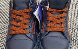 un cuir marine et empiècements cognac pour la chaussure enfant semi montante Zoro de Stones & bones fermé par 1 lacet et 1 zip