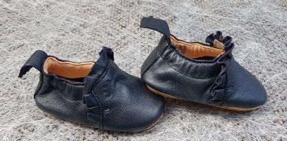 ravissant chausson pré-marche en cuir marine nacré doté d'un liseré froufrou dans la même teinte, modèle Easy Peasy avec semelle antidérapante