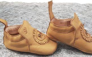 un cuir naturel pour le chausson pré-marche Blublu Lion signé Easy Peasy. Modèle doté d'une semelle antidérapante
