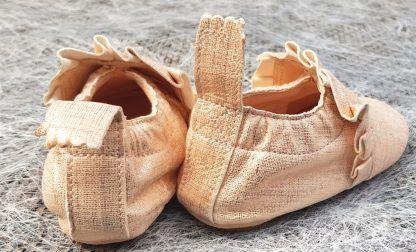 ravissant chausson pré-marche en cuir blanc/platine doté d'un liseré froufrou dans la même teinte, modèle Easy Peasy avec semelle antidérapante