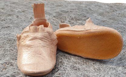 chausson pré-marche en cuir blanc/platine doté d'une semelle antidérapante, modèle Easy Peasy