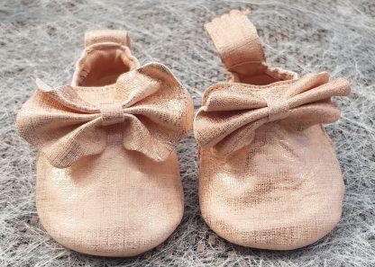 ravissant petit chausson bébé en cuir blanc et platine joliment décoré d'un noeud. Modèle Blumoo Noeud signé Easy Peasy