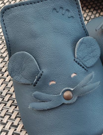un cuir marine pour le chausson pré-marche Blublu mousse doté d'une semelle antidérapante, modèle Easy Peasy