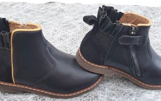 un cuir noir, un élastique noir irisé or avec cuir froncé pour la boots City Frizz de Pom d'Api joliment décorée d'une ganse or et fermée par 1 zip, modèle chaussure enfant.