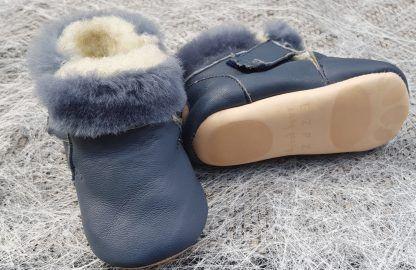 un cuir au tannage végétal bleu, entièrement fourré pour le chausson souple Foumou signé Easy Peasy et fermé par 2 velcros