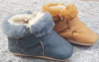 Foumou bleu ou camel fourré, chausson souple pour bébé en cuir au tannage végétal et fermé par 2 velcros signé Easy Peasy