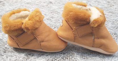 Foumou, chausson fourré pour bébé en cuir tannage végétal de couleur camel fourrure intérieur blanche et revers camel, modèle Easy peasy fermé par 2 velcros