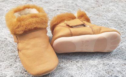 un chausson fourré pour bébé en cuir tannage végétal de couleur camel fermé par 2 velcros, modèle Foumou signé Easy Peasy
