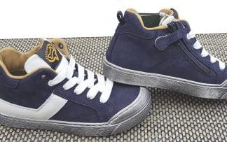 un nubuck marine et empiècements cuir blanc sur une semelle grise pour la chaussure enfant Gosty à lacets et 1 zip. Modèle pour garçon de Stones & Bones