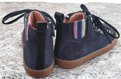 un cuir velours et vernis marine, un élastique à bandes cuir métal rose, bleu, argent et vert foncé pour la Play Jodlace, une sneaker enfant de Shoo Pom à lacets et 1 zip.