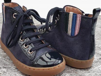 Play Jodlace en cuir velours et vernis marine, une sneaker enfant à lacets et 1 zip de Shoo Pom.
