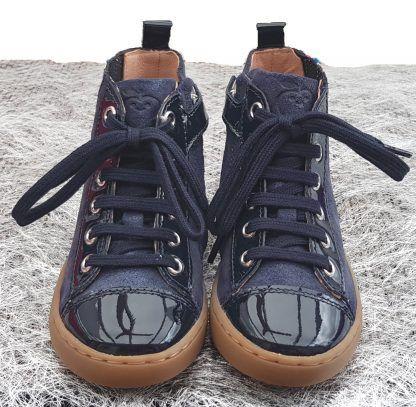 un cuir velours irisé et vernis marine pour la Play Jodlace de Shoo Pom, une sneaker montante pour enfant à lacets et 1 zip.
