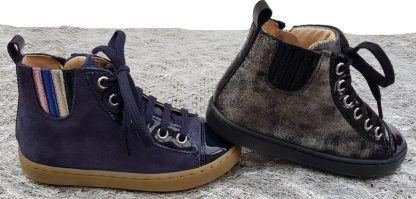 au choix un cuir velours marine et argent ou marine pour la sneaker montante enfant de Shoo Pom, modèle à lacets et 1 zip
