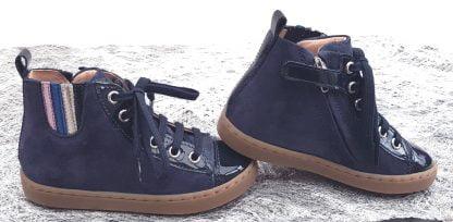 une sneaker montante pour enfant en cuir velours marine irisé à lacets et 1 zip, modèle Play Jodelace de Shoo Pom.