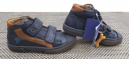 un cuir marine et empiècements cognac pour la chaussure semi montante garçon Rento de Stones & Bones, modèle fermé par 2 velcros