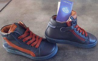 Zoro de Stones & Bones, chaussure semi montante pour garçon en cuir marine et empiècements cuir cognac fermée par 1 lacet et 1 zip
