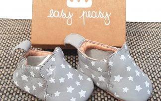 chausson pour nouveau-né, Blumoo Nuit en cuir gris et étoiles blanches. Modèle avec semelle souple en cuir signé Easy Peasy