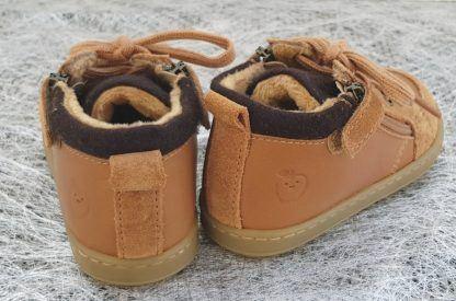 un premiers pas Shoo Pom, la Bouba Zip Wool en cuir camel et laine marron sur le col matelassé et la languette, ce modèle est doté d'un lacet et d'un zip