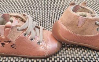 un cuir vernis souple rose poudré jolimlent décoré d'une tête de lapin pour la chaussure pré-marche Mini Fara. Un modèle Noël fermé par 1 lacet