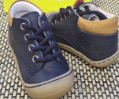 une semelle souple pour Zebre, une chaussure pré-marche de Bellamy. Ce modèle est en cuir marine et fermé par 1 lacet.