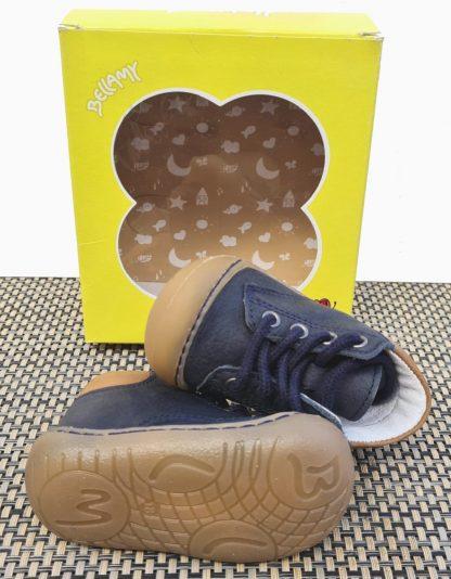 chaussure pré-marche bébé garçon en cuir marine à lacets. un modèle doté d'une semelle extra souple Zebre signé Bellamy