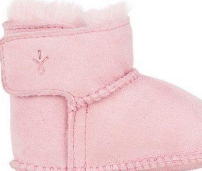 En peau de mouton Australienne, la botte pour nouveau-né Baby bootle est fourrée et fermé par 1 velcro. Modèle signé Emu.